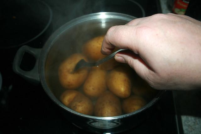 07 - Kartoffeln mit Gabel prüfen / Check potatoes with fork