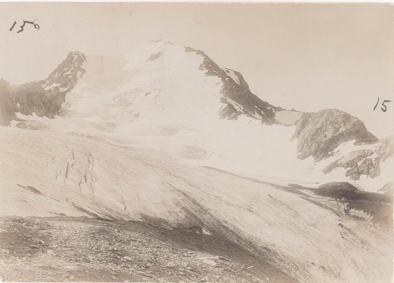 24. Восточный Кавказ. Хевсурские Альпы. Селис (3875 м), вид от Тебулос-геле. Август