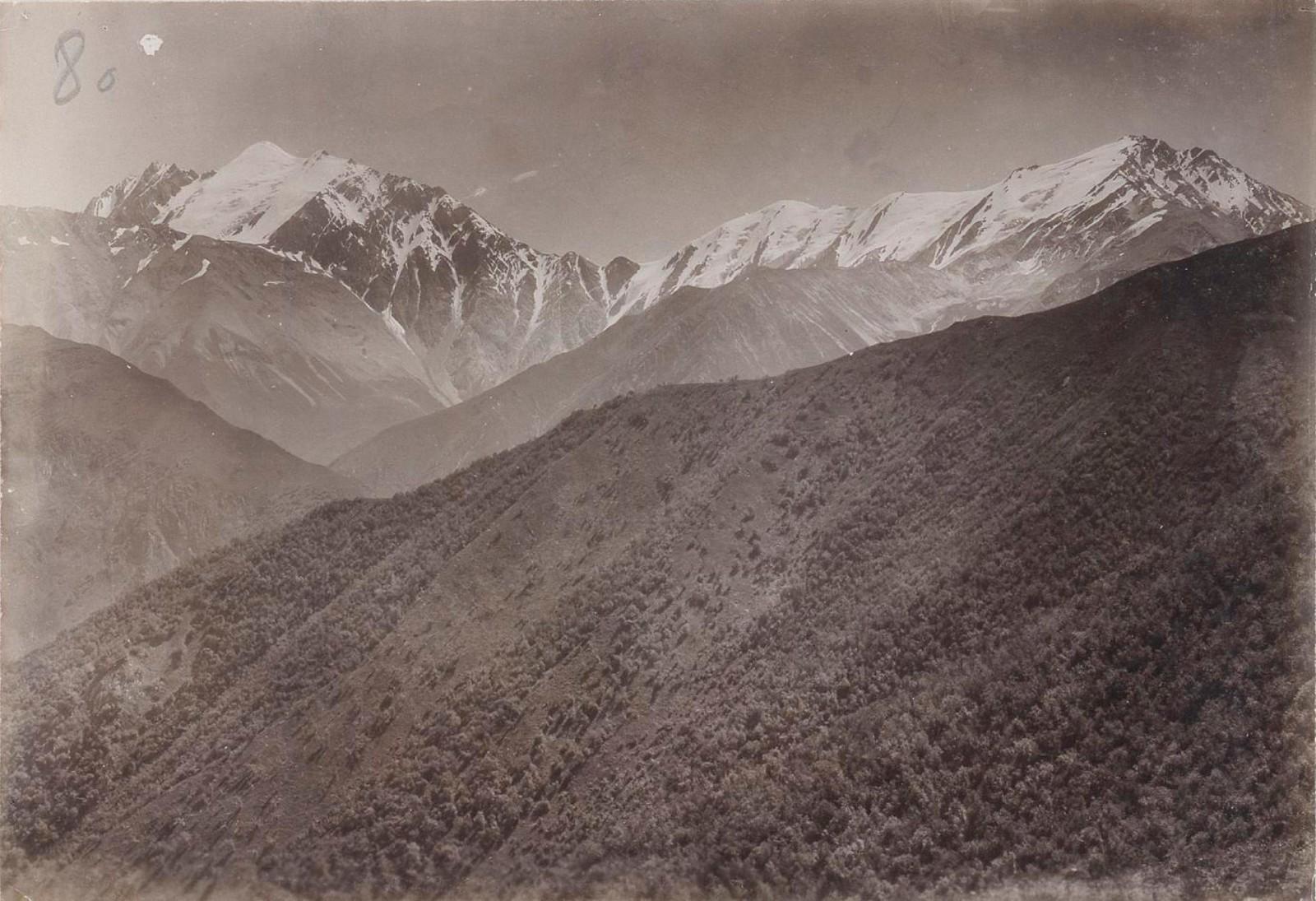 22. Восточный Кавказ. Хевсурские Альпы. Тебулос-мта (слева) и ледяная вершина. Вид к западу от перевала Адзоунта. Август