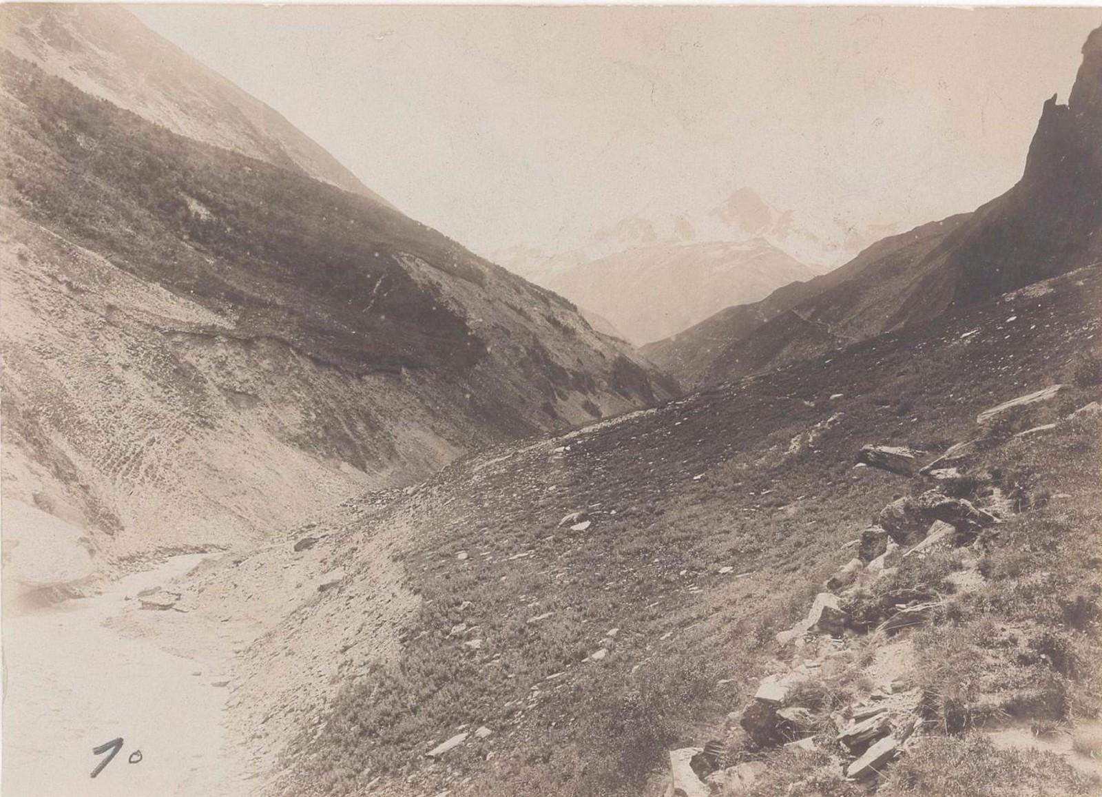 33. Восточный Кавказ. Алазанская долина у слияния Луванис-Кали, село Джули
