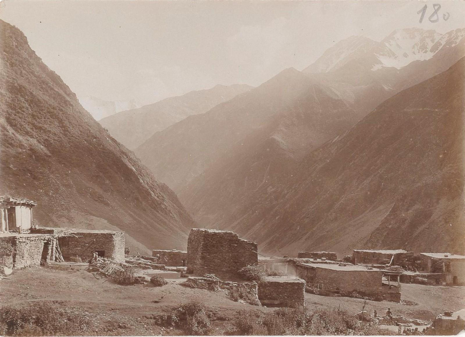 14. Восточный Кавказ. Вид, снятый с возвышенности над селом Хуландой. Июль