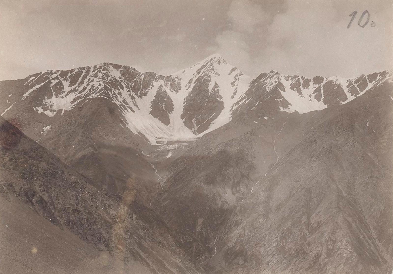13. Восточный Кавказ. Датах-Корт (4272 м), вид из верхней части долины Доной-Лам (4174 м). Июль