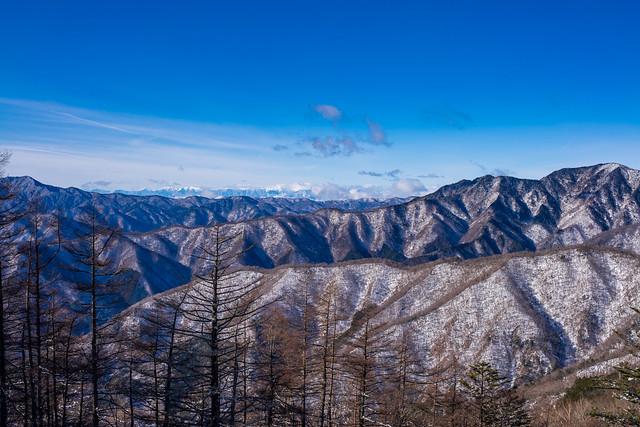 七ツ石山を下りながら・・・大菩薩嶺・南アルプス・飛龍山を展望