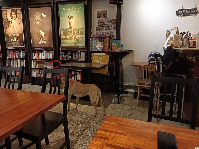 H_ours café除了擺放了各式各樣的書籍,也可見電影海報及桌遊,暖色調的桌椅打造出十足的舒適氛圍。圖/張華珍攝