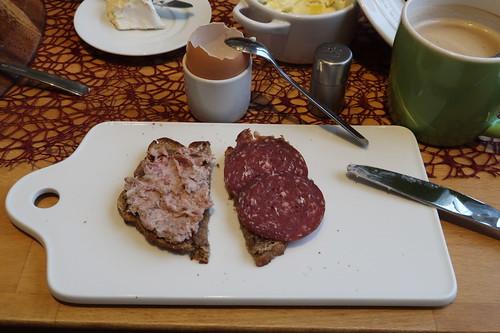 Leberwurst und Rindersalami  auf aufgetoastetem Brot