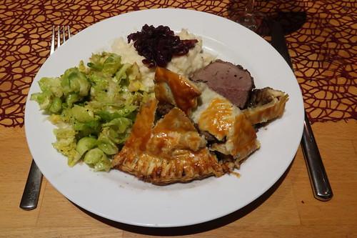 Filet Wellington, Selleriepüree mit Madeirazwiebeln und Rosenkohlblättchen in Muskatbutter (mein 2. Teller)