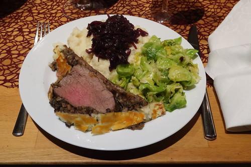Filet Wellington, Selleriepüree mit Madeirazwiebeln und Rosenkohlblättchen in Muskatbutter (mein 1. Teller)