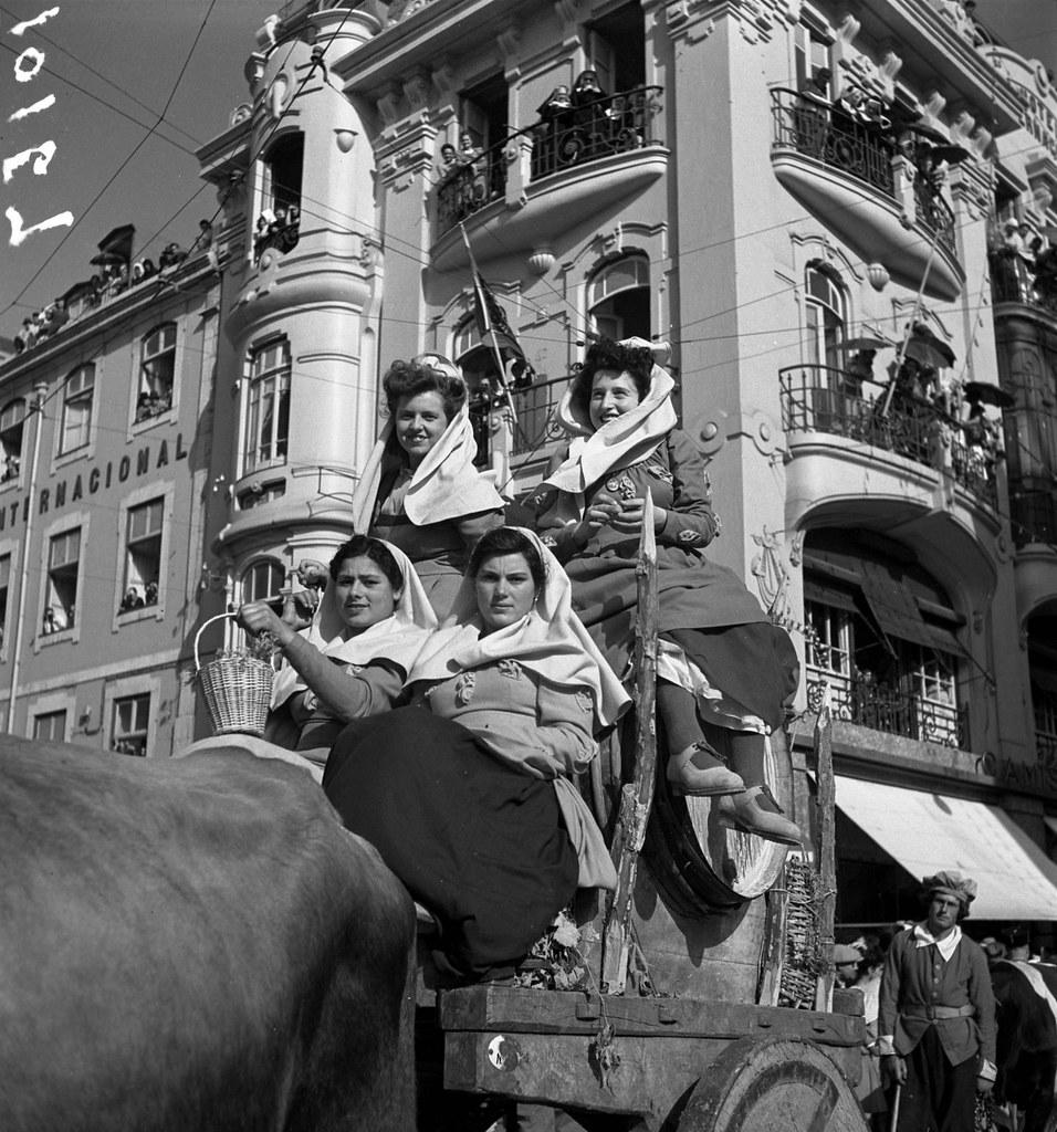 Comemorações do VIII centenário da tomada de Lisboa. Carro regional do vinho de Sintra, Rossio, 1947. Judah Benoliel, in archivo photographico da C.M.L.