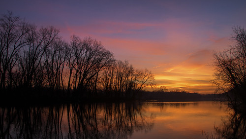 2019 december kevinpovenz westmichigan michigan ottawa ottawacounty ottawacountyparks outdoors outside grandravinesnorth grandriver water reflection trees sunrise early earlymorning