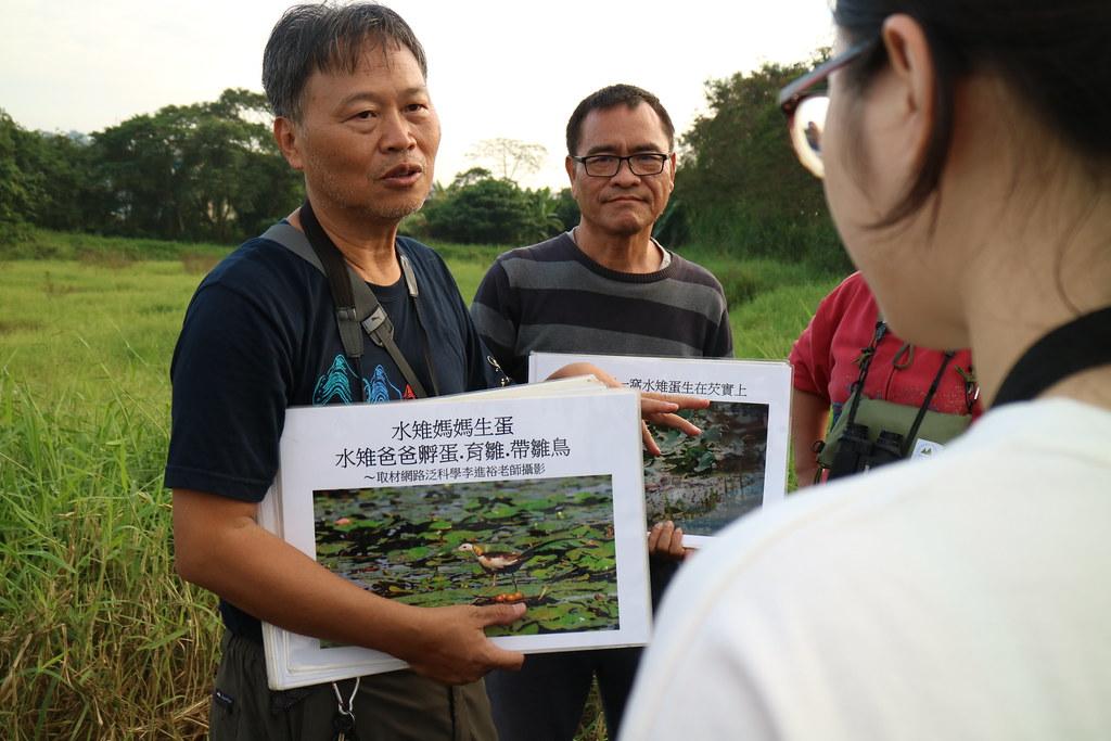 劉孝伸(左)與鍾毅新(右)向志工介紹水雉棲地復育過程。攝影:林芊妤