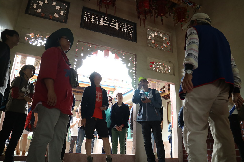 志工在正堂內聆聽導覽。攝影:林芊妤