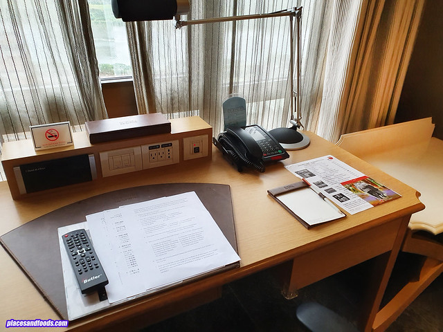 Chateau de Chine Hotel Xinzhuang room desk