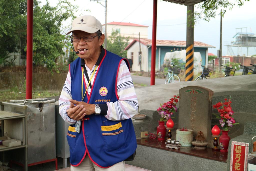 解說員黃森蘭正在介紹身後的伯公廟。攝影:林芊妤