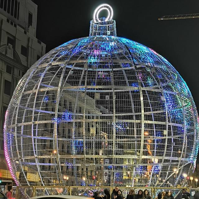 Navidades 2019 Madrid Bola gigante de 12 metros en la intersección de las calles Gran Via y Alcala 03