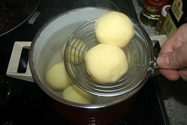30 - Klöße gar ziehen lassen / Let dumplings simmer