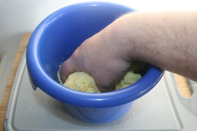 22 - Kloßteig durchkneten / Kneat dumpling dough
