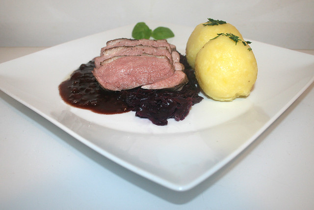 41 - Duck breast in red wine sauce - Side view / Entenbrust in Rotweinsauce - Seitenansicht
