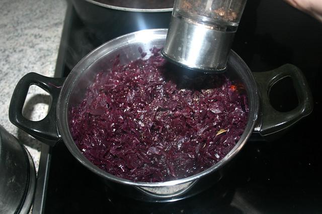 37 - Rotkraut mit Salz & Pfeffer abschmecken / Taste red cabbage with salt & pepper