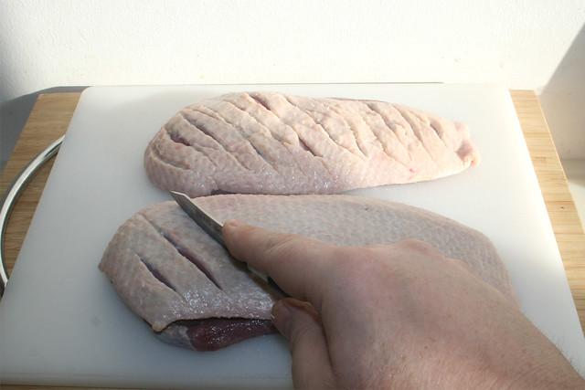 14 - Hautseite einschneiden / Cut in skin side