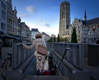Mechelen_woman back into subway