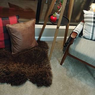 #beforeandafter #christmas #livingroom #corner#pillows #leather #buffaloplaid #sheepskin #goatskin #tripodlamp/#endtable #chair #pillow #blanket #blush #cozy