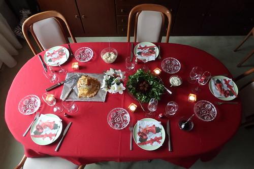 Reste des Filet Wellington, des Selleriepürees und der Portweinzwiebeln zusammen mit Feldsalat, Rote Bete Salat und Remoulade als Mittagsimbiss am 1. Weihnachtstag