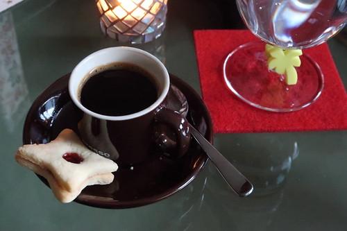 Espresso mit Weihnachtsplätzchen vor der Bescherung