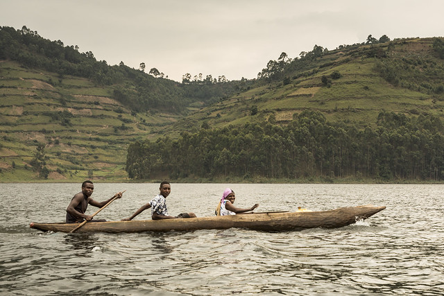 Transporte tradicional en el lago Bunyonyi