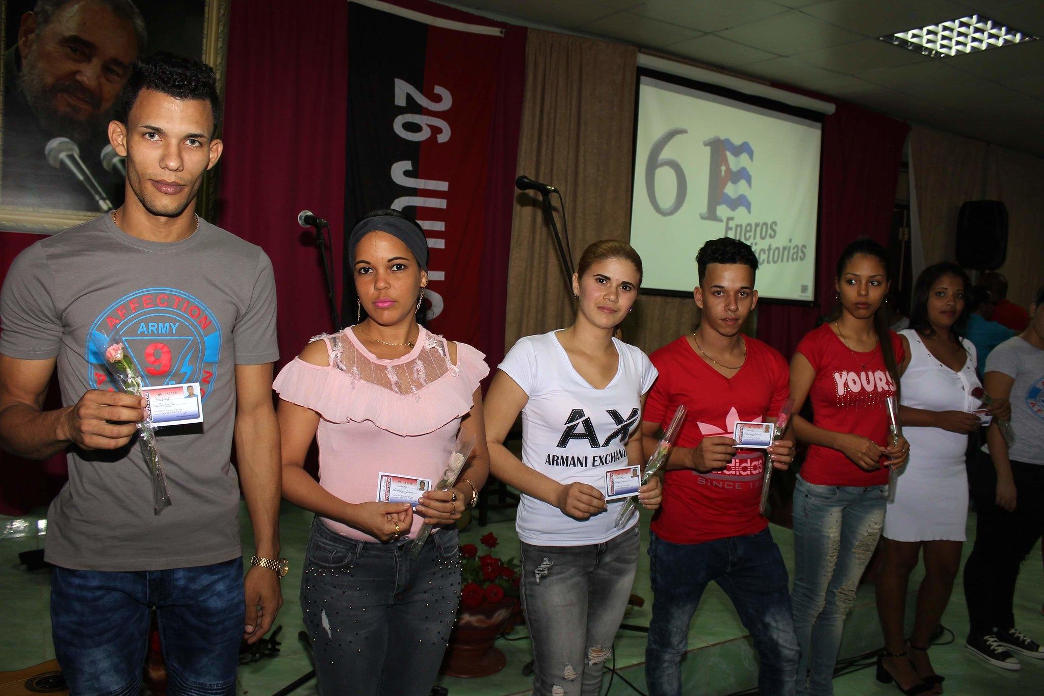 Entrega de carnés del PCC y la UJC en acto por el aniversario 61 de la entrada de los rebeldes a Baracoa