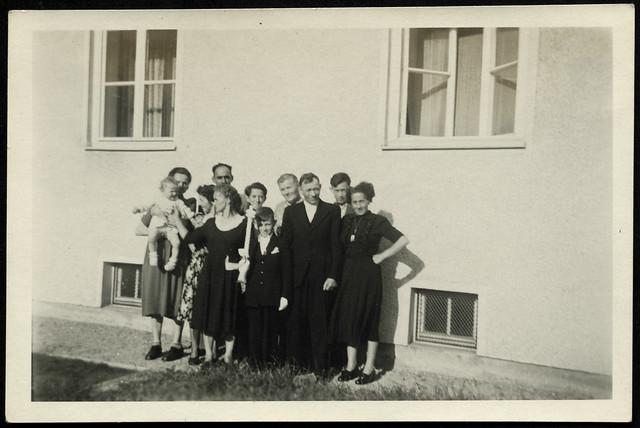 Albuma101 Erstkommunion, Junge und Familie, 1950er