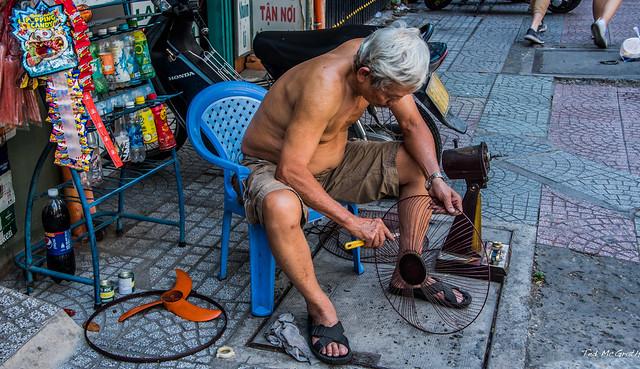 2019 - Vietnam - Ho Chi Minh City - 43 - Fan Repair