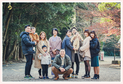 お孫さん、姪っ子さんに囲まれて家族・親族の集合写真 笑顔
