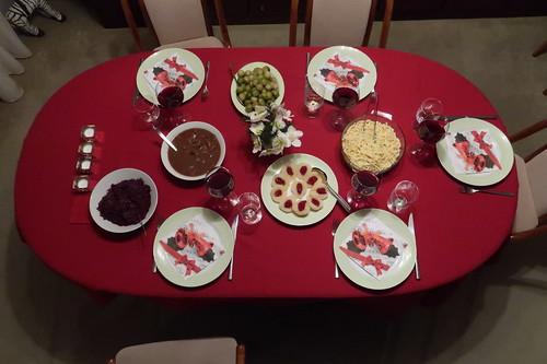 Wildschweinragout mit Spätzle, Rotkohl, Rosenkohl und heißen Birnen mit Preiselbeeren (Tischbild)