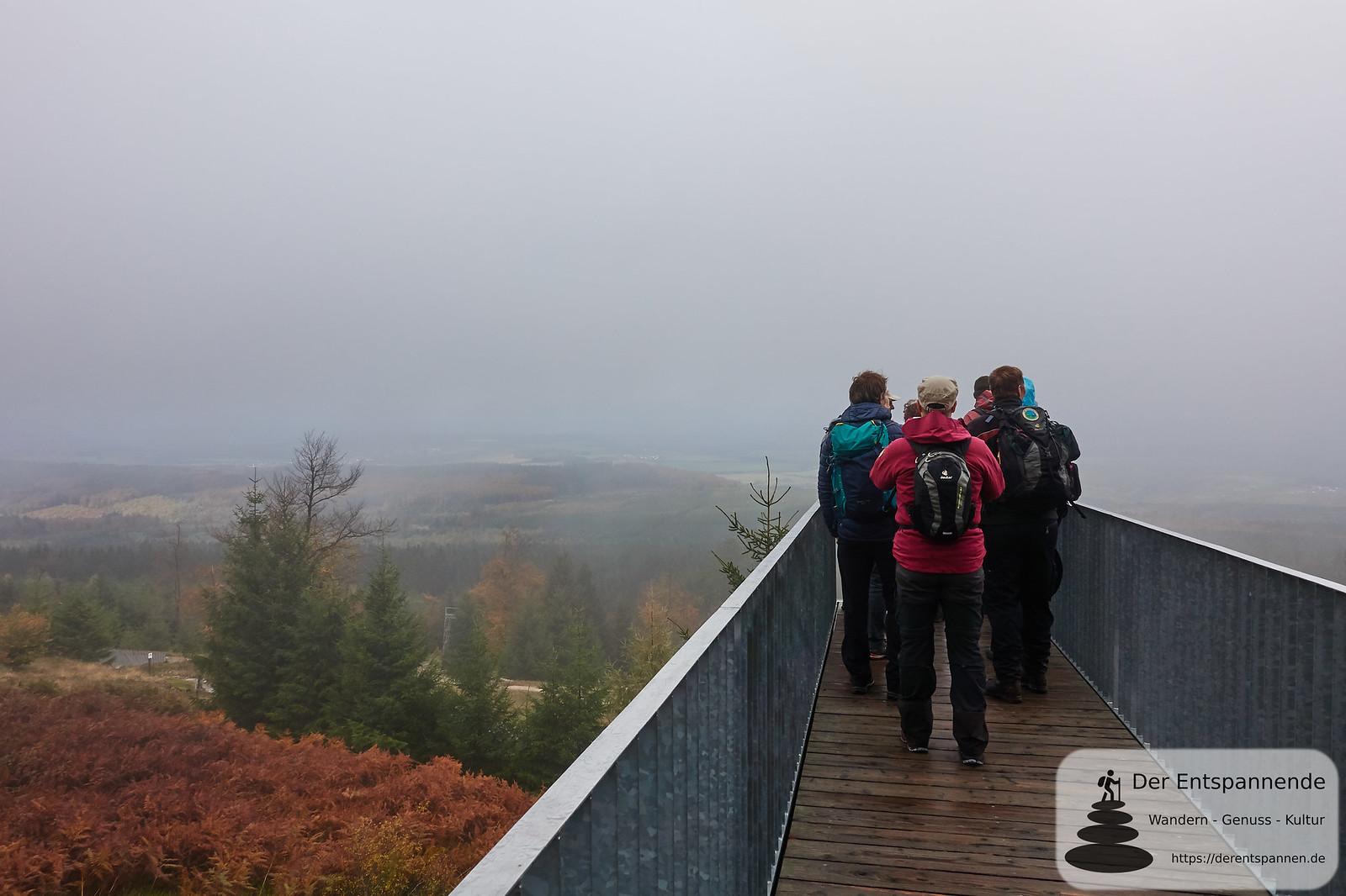 """Nebelblick von der Gipfelskulptur """"Windklang 816 M"""" auf dem Erbeskopf des Künstlers Christoph Mancke"""