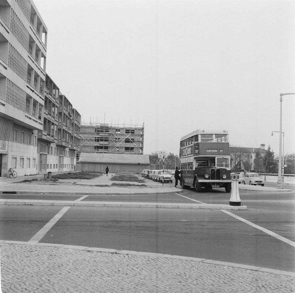 Autocarro 17 na paragem do L.N.E.C., Lisboa (A. Madureira, 1961)