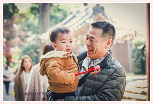お孫さんを抱くおじいちゃま でんでん太鼓