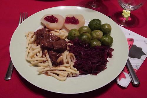 Wildschweinragout mit Spätzle, Rotkohl, Rosenkohl und heißen Birnen mit Preiselbeeren (mein Teller)