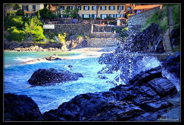Fortes vagues au pied de l'escalier de pierre