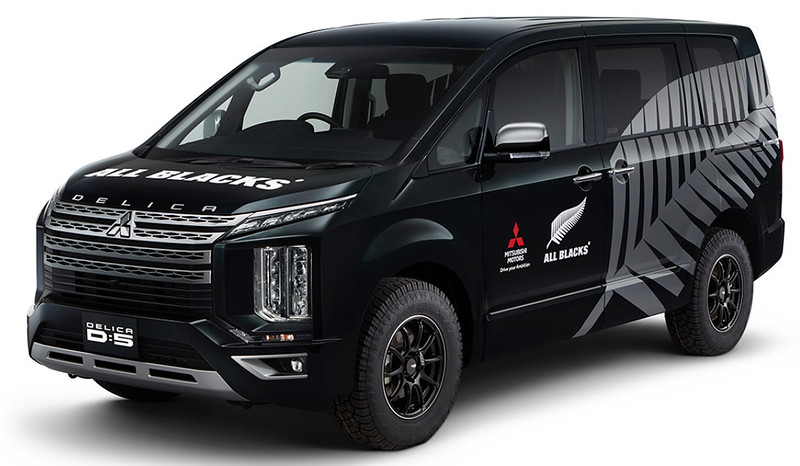 Mitsubishi-Delica-D5-All-Blacks-support-car