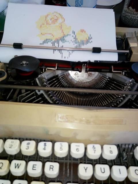 usando la maquina de escribir para dibujar