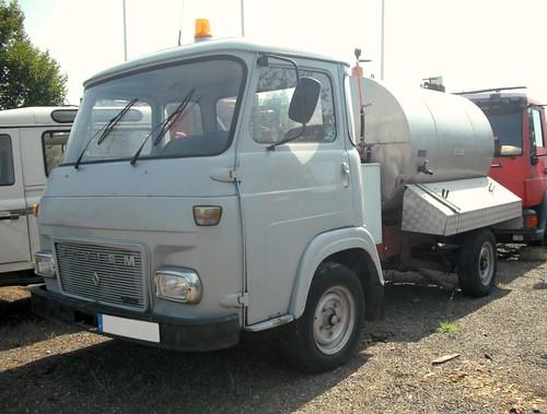petit camió Saviem cisterna