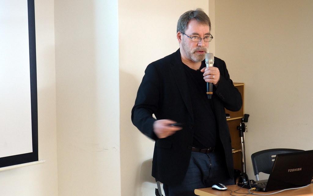 英國創意藝術大學永續設計中心執行長查特說明,商品對環境的影響80%在設計階段就已經決定。攝影:李育琴