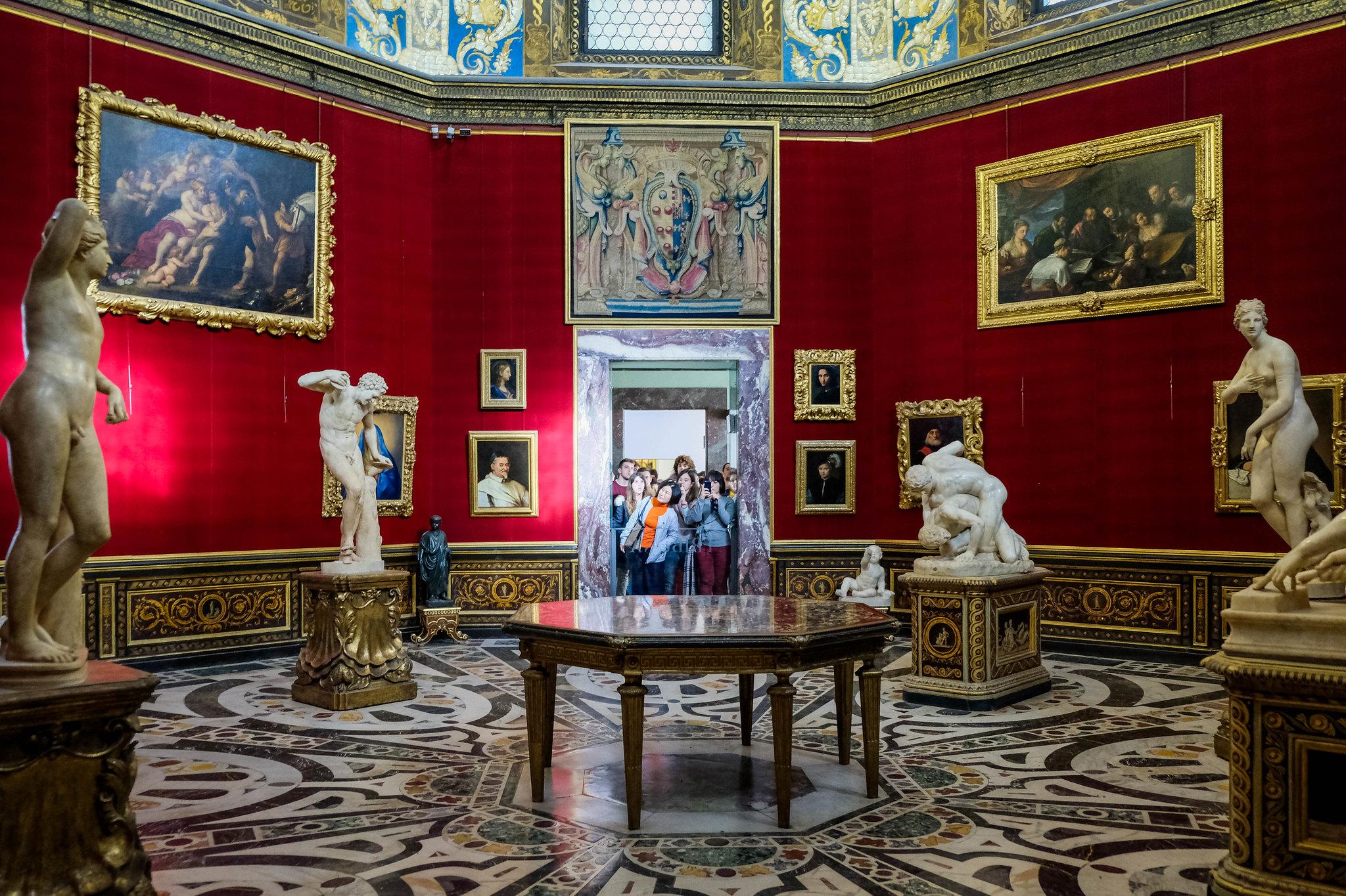 Facing some tourists at the Uffizi
