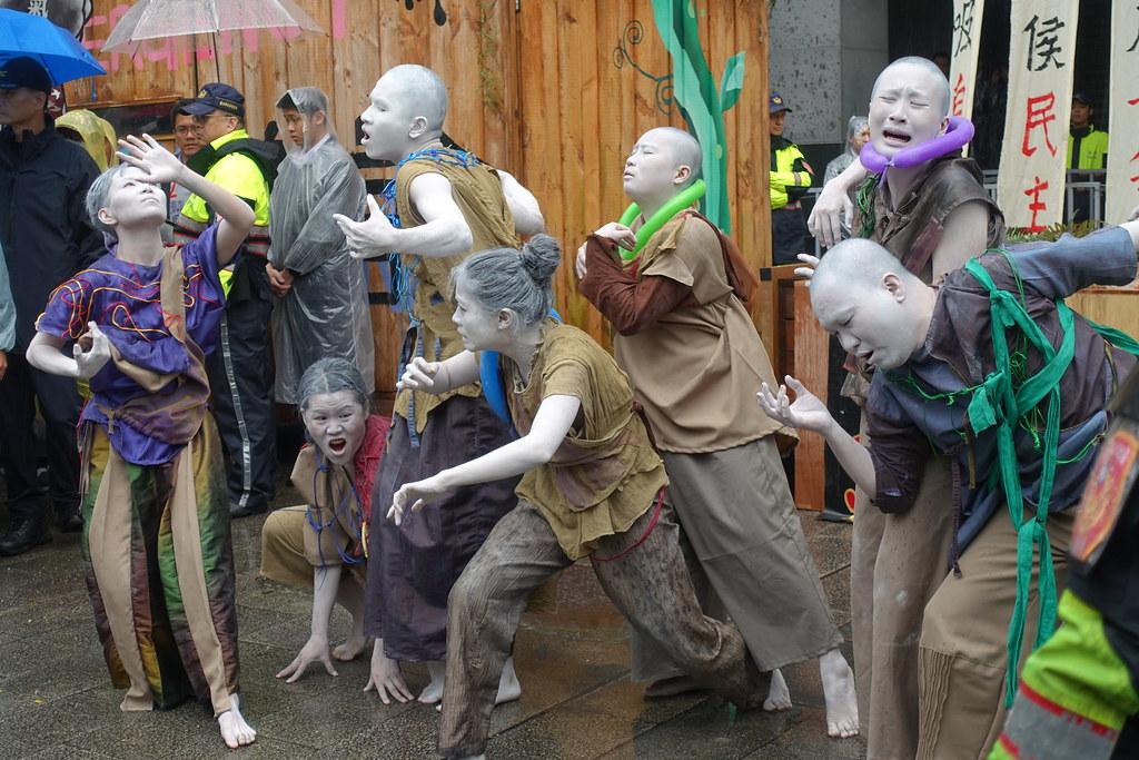 舞舞舞踏團將人民痛苦訴諸行動藝術。攝影:許芷榕