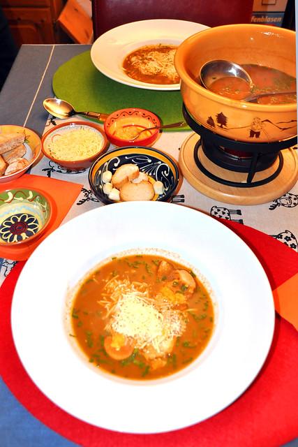 Dezember 2019 ... Fischsuppe aus der Provence / Soupe de poisson ... Baguette-Croûtons, Rouille, frische Knoblauchzehen, geriebener Käse --- Brigitte Stolle
