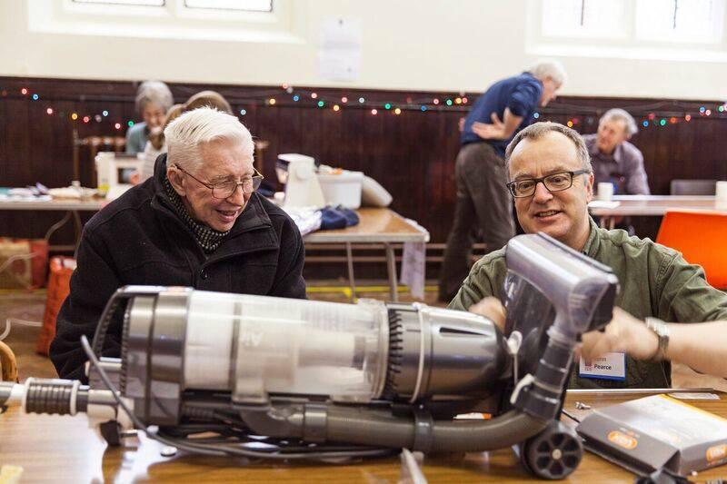 英國Farnham維修咖啡館定期舉辦工作坊,由志工協助維修民眾的小家電等,推廣循環經濟,以維修取代丟棄的觀念。圖片來源:Farnham Repair Cafe