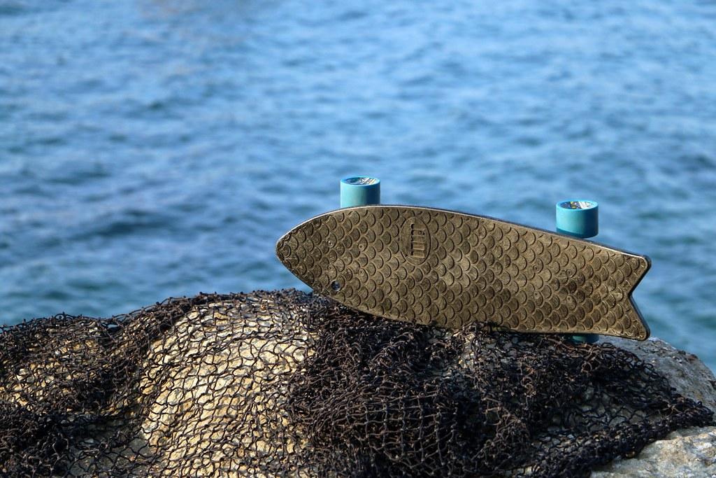 新創業者用回收漁網再製成滑板、眼鏡、電腦椅等商品。圖片來源:Bureo