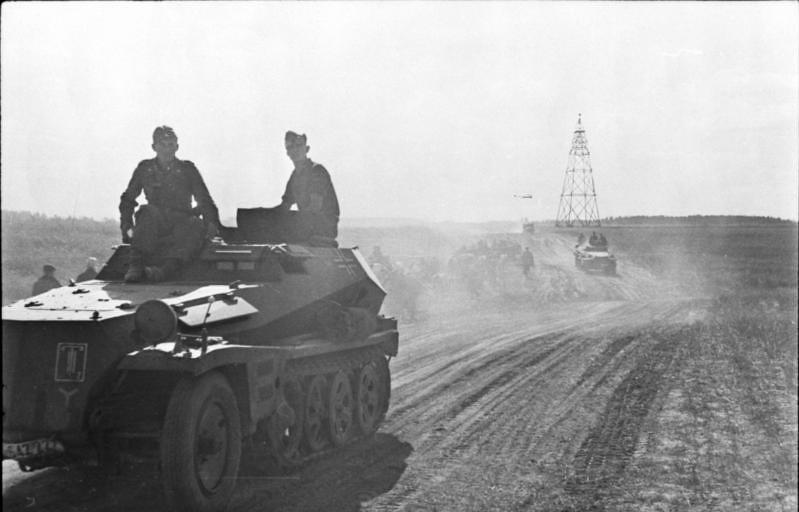 """gruene-teufel: """"Związek Radziecki, Centrum - Sd.Kfz. 250 transporterów opancerzonych na rosyjskim stepie, lipiec-sierpień 1941 r. """" Zgodnie z oznaczeniem dywizji ten transporter opancerzony należał do 7. Dywizji Pancernej. BArch Bild 101I-007-2479"""
