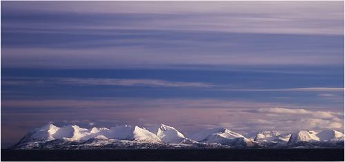 Toriad y Wawr uwchben Ynys Senja, wrth edrych o Solbergfjorden, gogledd Norwy
