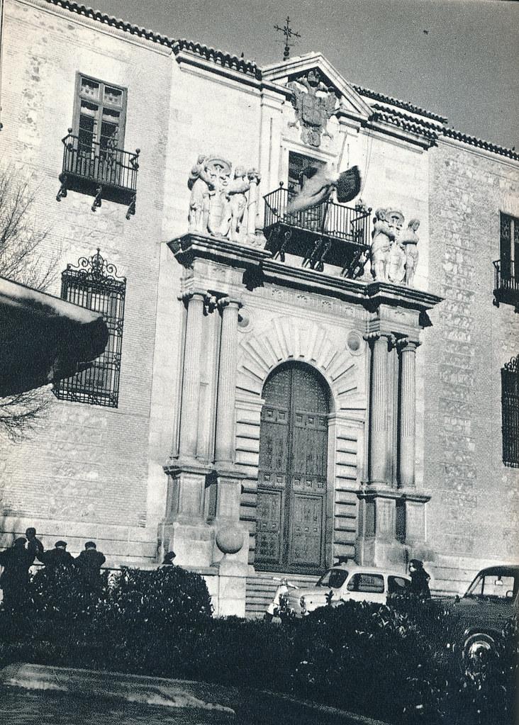 Una paloma en vuelo en la plaza del ayuntamiento de Toledo hacia 1967 por Marc Flament